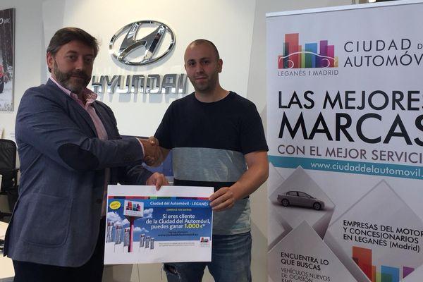 Entrega del cheque de 1.000€ al ganador del sorteo de Mayo
