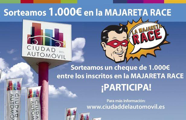 Entrega del cheque de 1.000€ a la ganadora del sorteo durante la Majareta Race