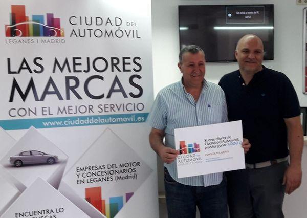 Entrega del cheque de 1.000€ al ganador de la promoción de Mayo