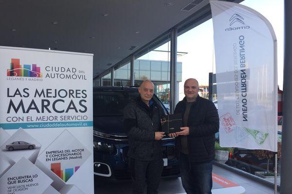 Entrega del premio al ganador del sorteo 'FIN DE SEMANA BAJO LA LUNA CON CIUDAD DEL AUTOMÓVIL'